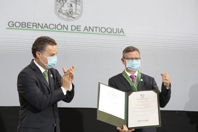 """Luis F. Suárez V, secretario de Gobierno departamental, recibió """"Escudo de Antioquia categoría Oro""""."""