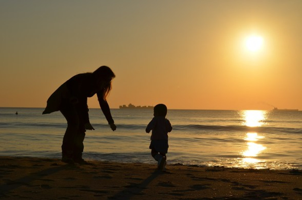 Mother and child | Image courtesy of Pixabay.