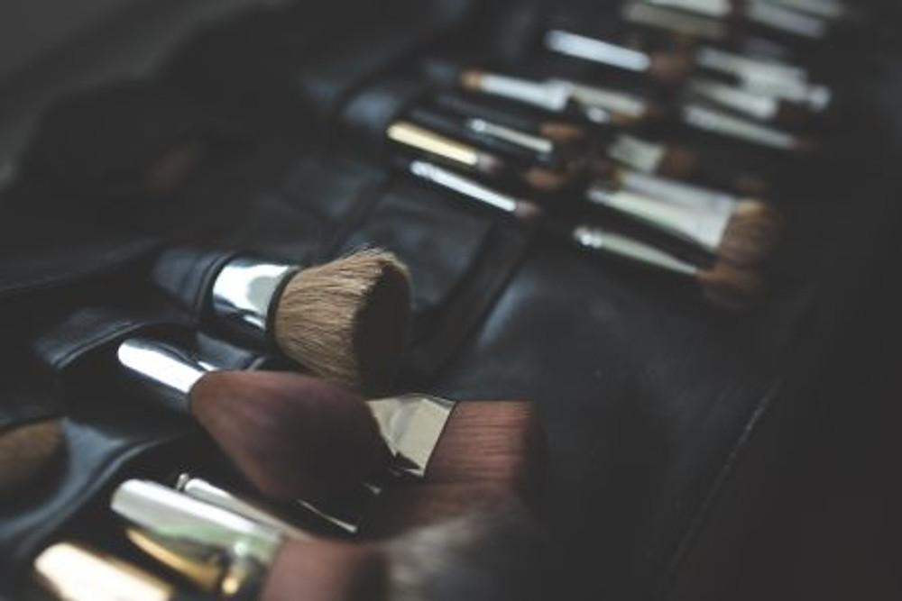 Makeup brushes | Image courtesy of Pexels.