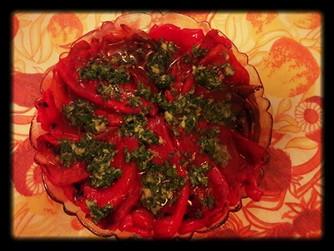 Самоковска салата от печени чушки с чесън и магданоз