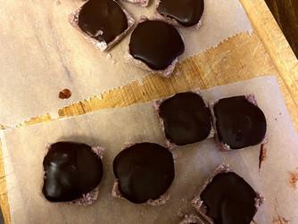Кокосово-ягодови/малинови шоколадови бонбони