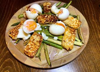 Бърза вечеря/обяд с аспержи, халуми и яйца