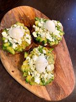 Тост с авокадо, козе сирене и поширано яйце