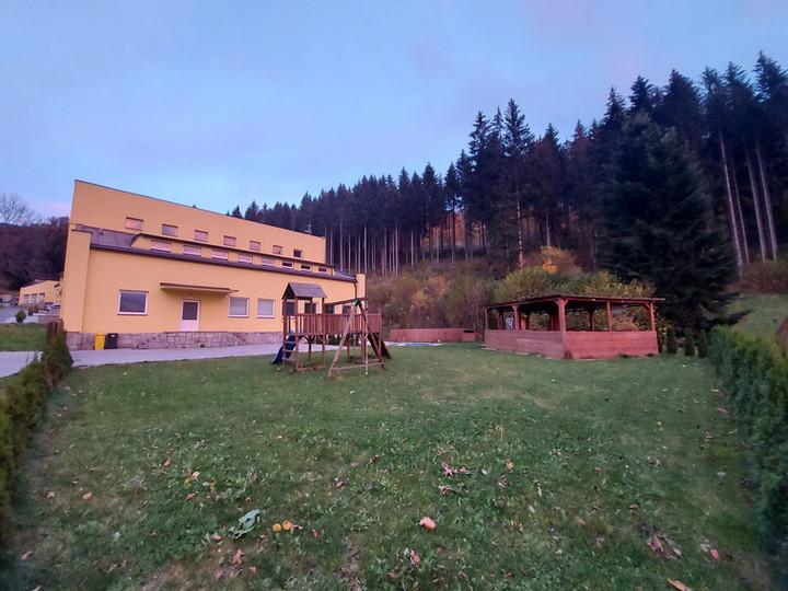 Pohled na budovu a zahradu