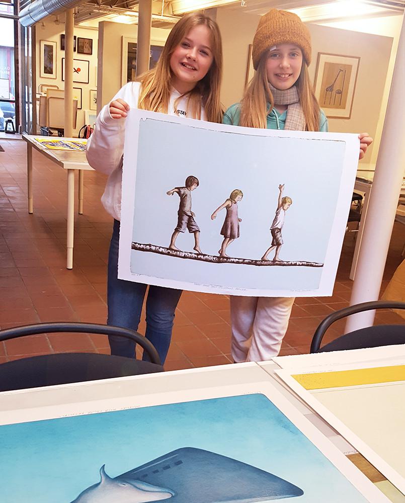 Sanna og Carla fra Hasle skoles elevråd har valgt grafikk av Tom Erik Andersen