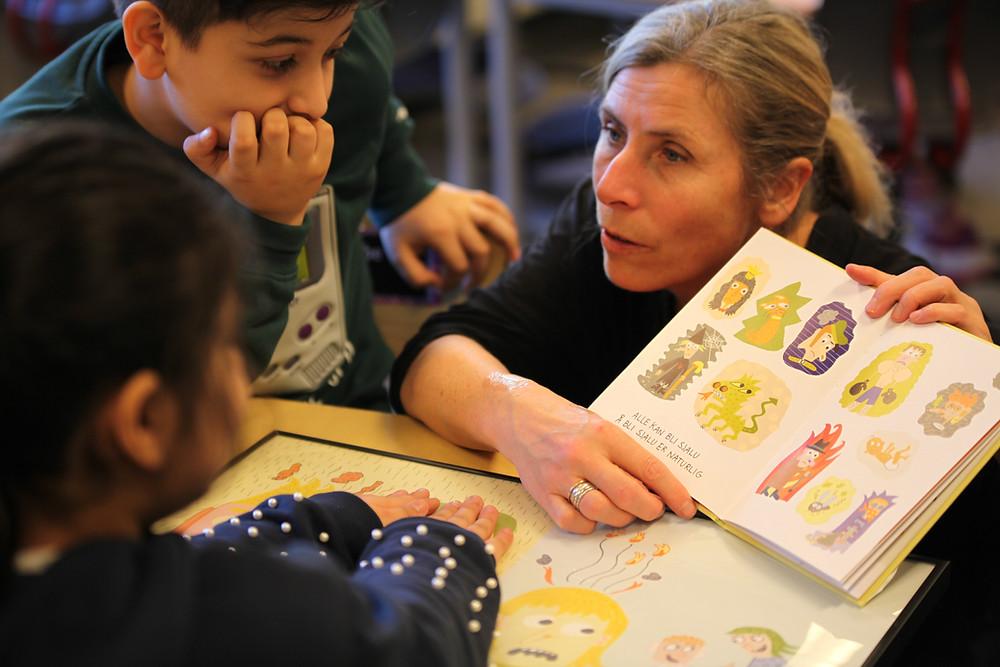 Janne Lepperød snakker med elevene om ulike følelser. Foto: Kristian Ulyses Anduar/Seilet.org