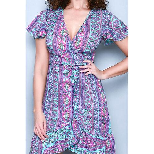 Vestido de arabescos con escote en uve.