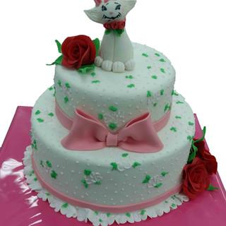 №Б121 Тортата е с традиционен  сочен пълнеж от бели и кафеви пандишпанови блатове, карамелено  – сметанов крем и шоколадово – сметанов крем. Тортата е чудесно допълнение към вашия специален празник.Използваните продукти са пресни, внимателно подбрани. Работи се при строго спазване на нормите на РЗИ. Всички торти са със сертификат за качество.  Промяната на цвят и добавяне на надпис не се заплаща. Порции:18 Цена:3.80 лв.