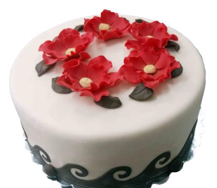 № П21 Тортата е с традиционен  сочен пълнеж от бели и кафеви пандишпанови блатове, карамелено  – сметанов крем и шоколадово – сметанов крем. Тортата е чудесно допълнение към вашия специален празник.Използваните продукти са пресни, внимателно подбрани. Работи се при строго спазване на нормите на РЗИ. Всички торти са със сертификат за качество.  Промяната на цвят и добавяне на надпис не се заплаща. Порции:12 Цена:3,00 лв.