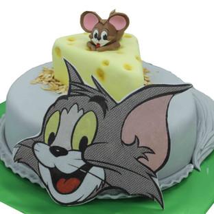 №Б112 Тортата е с традиционен  сочен пълнеж от бели и кафеви пандишпанови блатове, карамелено  – сметанов крем и шоколадово – сметанов крем. Тортата е чудесно допълнение към вашия специален празник.Използваните продукти са пресни, внимателно подбрани. Работи се при строго спазване на нормите на РЗИ. Всички торти са със сертификат за качество.  Промяната на цвят и добавяне на надпис не се заплаща. Порции:18 Цена:3.50 лв.