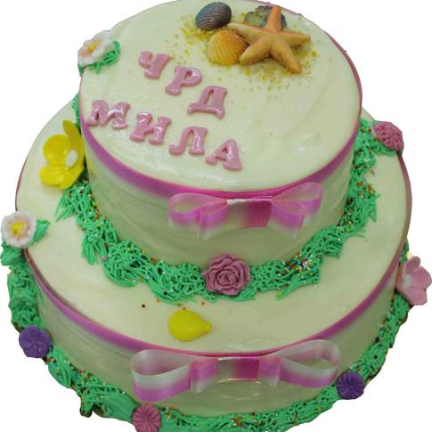 № Д27 Тортата е с традиционен  сочен пълнеж от бели и кафеви пандишпанови блатове, карамелено  – сметанов крем и шоколадово – сметанов крем. Тортата е чудесно допълнение към вашия специален празник.Използваните продукти са пресни, внимателно подбрани. Работи се при строго спазване на нормите на РЗИ. Всички торти са със сертификат за качество.  Промяната на цвят и добавяне на надпис не се заплаща. Порции:18 мин. Цена:2,50 лв.