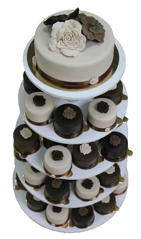 № С95 Тортата е с традиционен  сочен пълнеж от бели и кафеви пандишпанови блатове, карамелено  – сметанов крем и шоколадово – сметанов крем. Тортата е чудесно допълнение към вашия специален празник.Използваните продукти са пресни, внимателно подбрани. Работи се при строго спазване на нормите на РЗИ. Всички торти са със сертификат за качество.  Промяната на цвят и добавяне на надпис не се заплаща. Порции:60 Цена:4,00 лв.