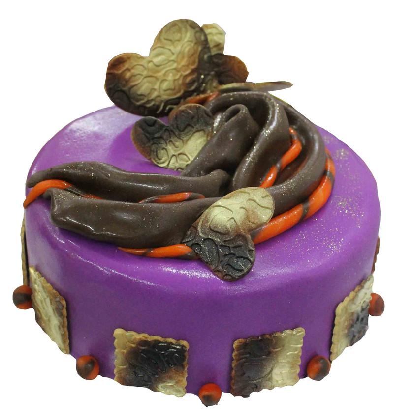 № П45 Тортата е с традиционен  сочен пълнеж от бели и кафеви пандишпанови блатове, карамелено  – сметанов крем и шоколадово – сметанов крем. Тортата е чудесно допълнение към вашия специален празник.Използваните продукти са пресни, внимателно подбрани. Работи се при строго спазване на нормите на РЗИ. Всички торти са със сертификат за качество.  Промяната на цвят и добавяне на надпис не се заплаща. Порции:0 Цена: 0 лв.