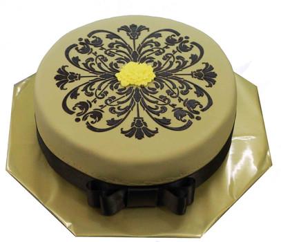 № П35 Тортата е с традиционен  сочен пълнеж от бели и кафеви пандишпанови блатове, карамелено  – сметанов крем и шоколадово – сметанов крем. Тортата е чудесно допълнение към вашия специален празник.Използваните продукти са пресни, внимателно подбрани. Работи се при строго спазване на нормите на РЗИ. Всички торти са със сертификат за качество.  Промяната на цвят и добавяне на надпис не се заплаща. Порции:12 Цена:3,00 лв.