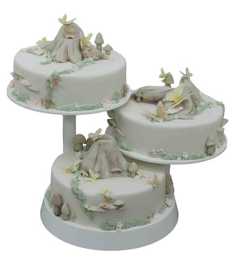 № С108 Тортата е с традиционен  сочен пълнеж от бели и кафеви пандишпанови блатове, карамелено  – сметанов крем и шоколадово – сметанов крем. Тортата е чудесно допълнение към вашия специален празник.Използваните продукти са пресни, внимателно подбрани. Работи се при строго спазване на нормите на РЗИ. Всички торти са със сертификат за качество.  Промяната на цвят и добавяне на надпис не се заплаща. Порции:36 Цена:4,00 лв.