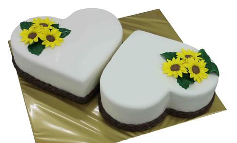 № С117 Тортата е с традиционен  сочен пълнеж от бели и кафеви пандишпанови блатове, карамелено  – сметанов крем и шоколадово – сметанов крем. Тортата е чудесно допълнение към вашия специален празник.Използваните продукти са пресни, внимателно подбрани. Работи се при строго спазване на нормите на РЗИ. Всички торти са със сертификат за качество.  Промяната на цвят и добавяне на надпис не се заплаща. Порции:28 Цена:3,20 лв.