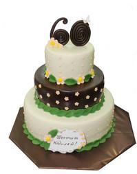 № П28 Тортата е с традиционен  сочен пълнеж от бели и кафеви пандишпанови блатове, карамелено  – сметанов крем и шоколадово – сметанов крем. Тортата е чудесно допълнение към вашия специален празник.Използваните продукти са пресни, внимателно подбрани. Работи се при строго спазване на нормите на РЗИ. Всички торти са със сертификат за качество.  Промяната на цвят и добавяне на надпис не се заплаща. Порции:35 Цена:3,50 лв.