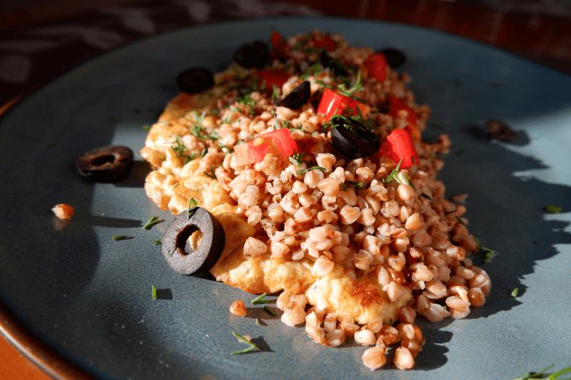 Grikiai su omletu ir alyvuogėmis