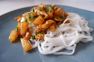 Vištiena su ananasais ir ryžių makaronais