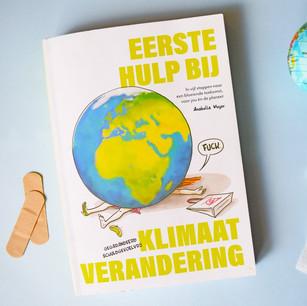 """Eerste Hulp bij Klimaatverandering. """"Hoe het meest deprimerende onderwerp ook leuk kan zijn"""". Met striptekeningen, klimaatpsychologische inzichten en een handleiding om sexy klimaatheld te worden."""