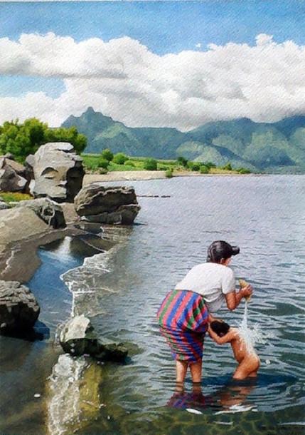 Mujer Que Baña a un Niño en el Lago