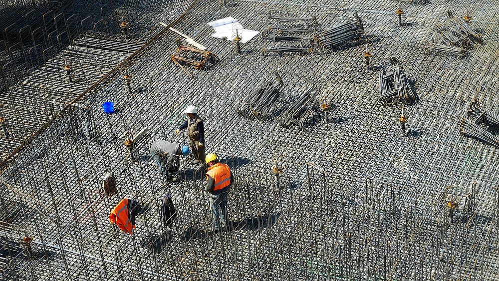 Três trabalhadores em uma obra