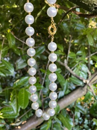 Shell pearl necklace.