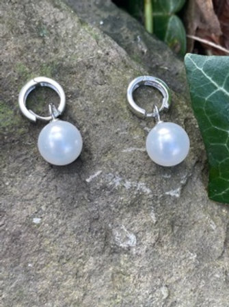 Silver silver earring,with pearl drop.
