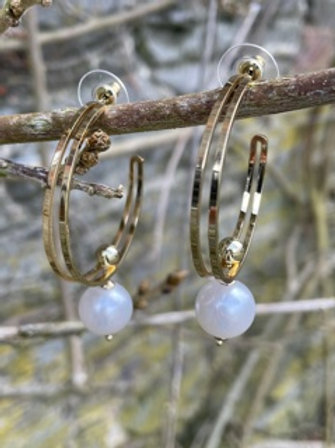 Fashion earring with faux pearl.