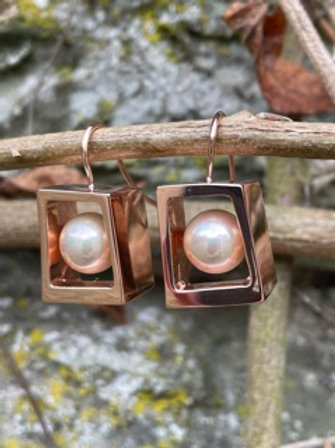 Rose gold plated earrings,with Majorica pearl.