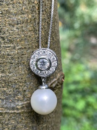 Sterling Silver pendant with shell pearl and Swarovski.
