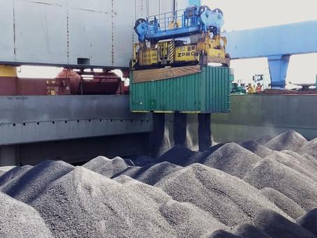 Porto de Imbituba realiza embarque piloto de coque em containers