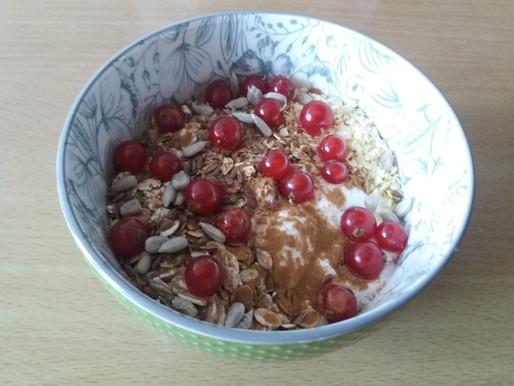 Jogurt naturalny z płatkami jaglanymi i czerwoną porzeczką