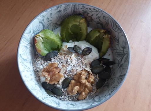 Jogurt naturalny ze śliwką i owsianymi dodatkami