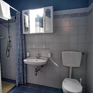 bathroom upstairs middle room villa.jpg