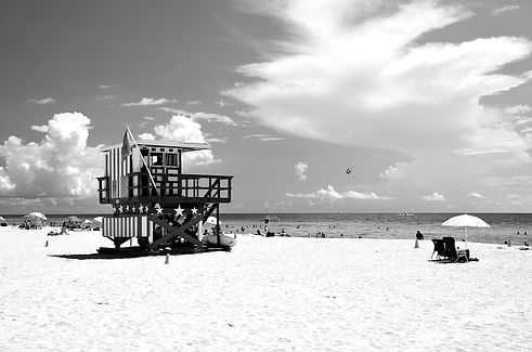 1600px-Lifeguards_stand_South_Beach_1_ed