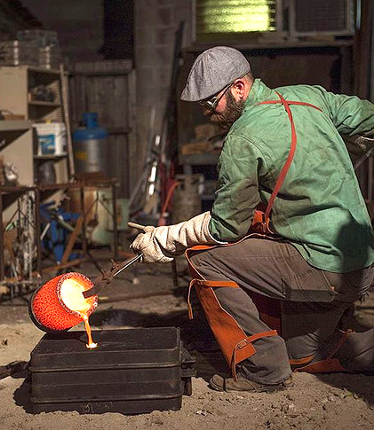 Pouring bronze in the foundry