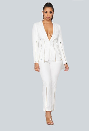 Reißverschluss im weißen Hosen-Set