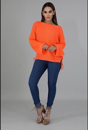 In orange geflochtenem Pullover gestrickt