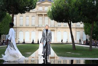 Metalizados e tuxedo oversized na alta costura da Givenchy