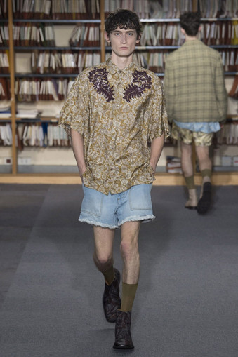 Dries Van Noten bordando sobre estampas