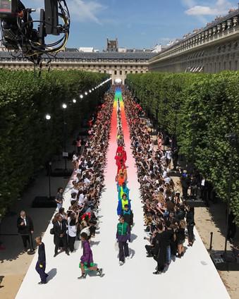 Virgil Abloh debuta para Louis Vuitton com passarela de cores
