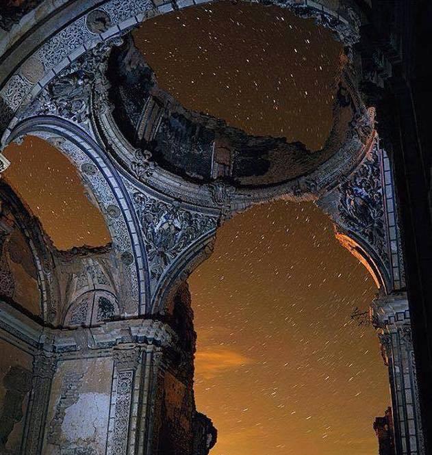 Milky way through ruins.jpg