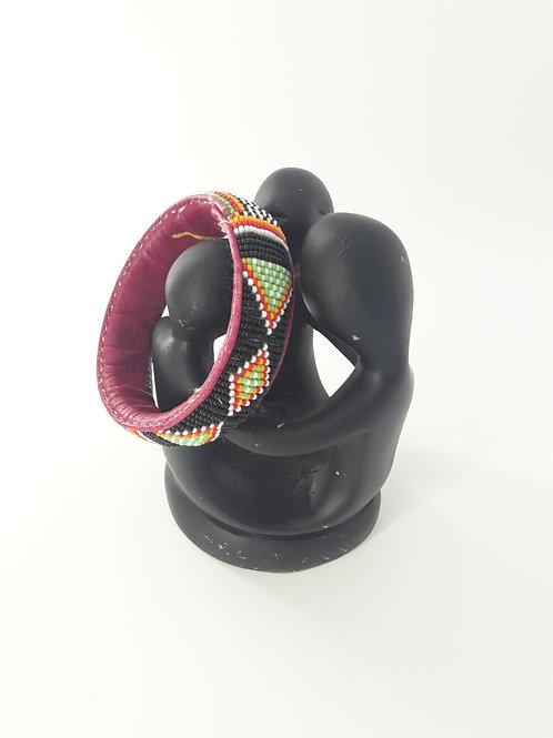 Bracelet ethnique en cuir brut teinté, avec perles