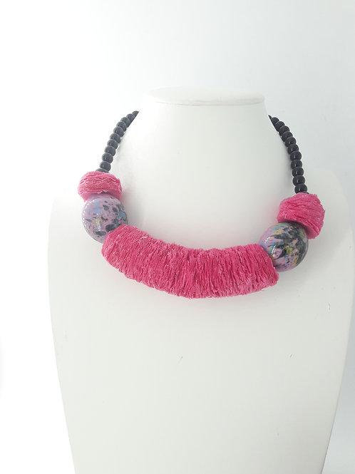 Collier mi-long en tissu rose fushia avec perles