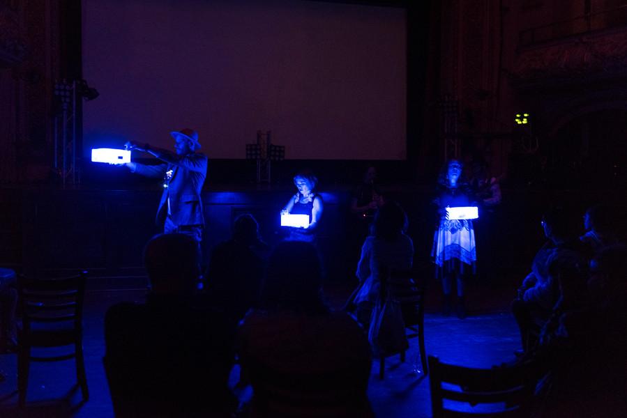 Raphael Roter, Catalina Pop et Dominica Merola portent des dispositifs ooblecks portatifs