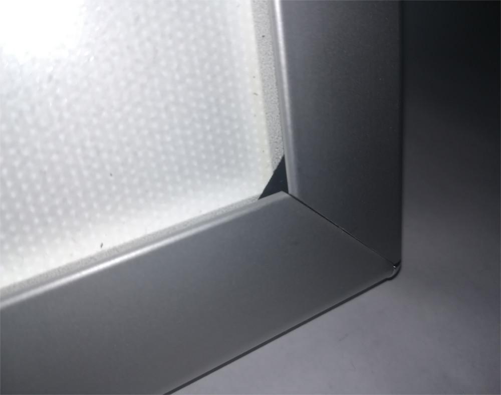 Šviečiantis rėmelis - LED Thinlite, įjungtas, rodomas produkto galas