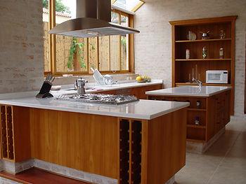 Cozinha classica em folha de madeira Teca e molduras.