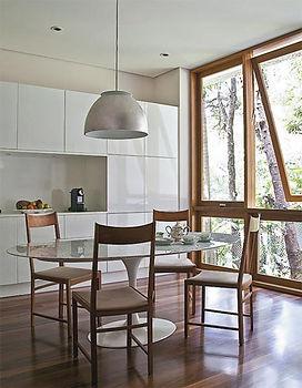 """Sala de almoço em pintura branca e sistema """"leve-toque"""""""