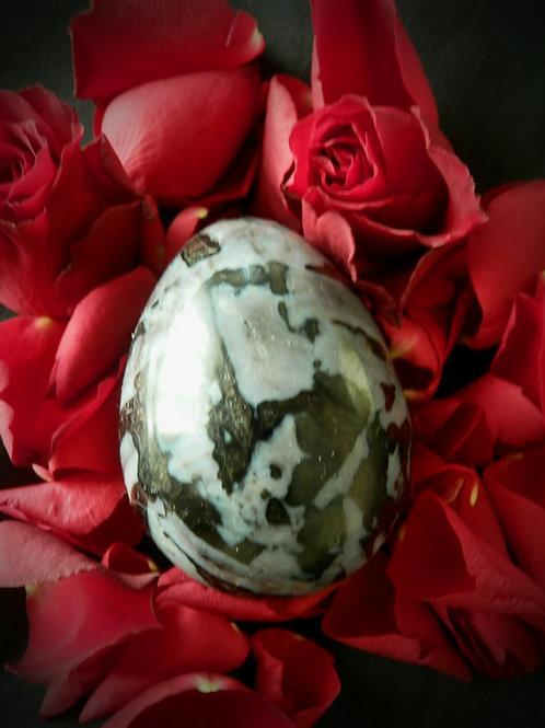 La Mystique - œuf en Gabbro merlinite - moyen & Guide découverte